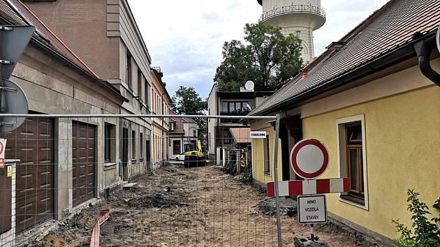 Ve Vodárenské ulici v Nymburce začala rekonstrukce.