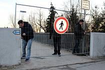 Nymburská lávka byla z bezpečnostních důvodů uzavřena.