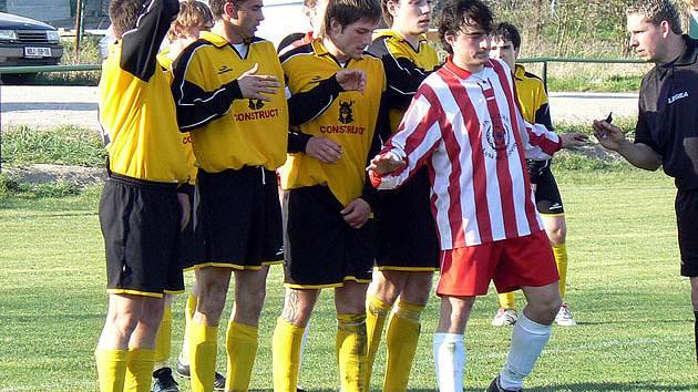 Milovice (ve žlutém) doma porazily tým Slovanu Lysá nad Labem.