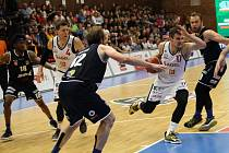 Z třetího finálového utkání basketbalové NBL Nymburk - Děčín (89:60)