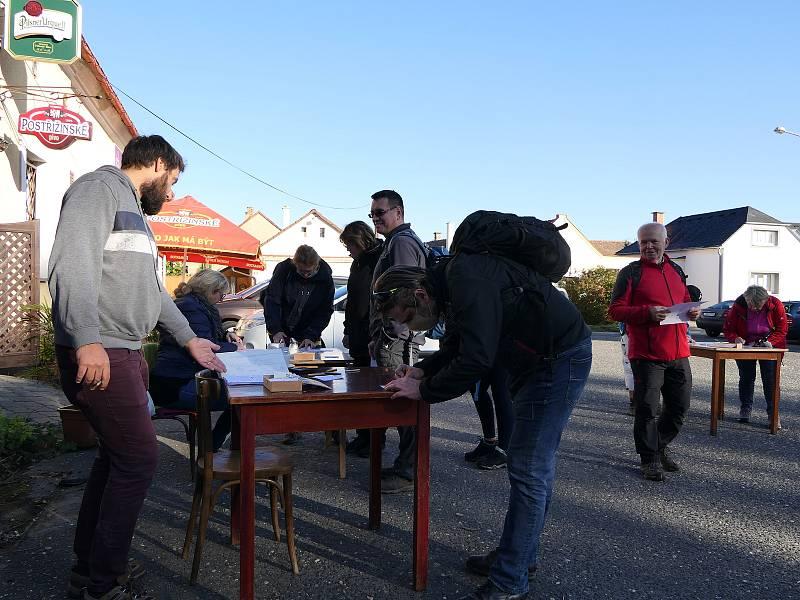 Pochodu Kol dokola Kostomlat se zúčastnilo 322 lidí.