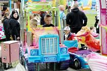 Lunapark nabízí atrakce za nádražím v Poděbradech.