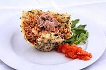 Kuskusový salát s tuňákem v parmazánovém košíčku.