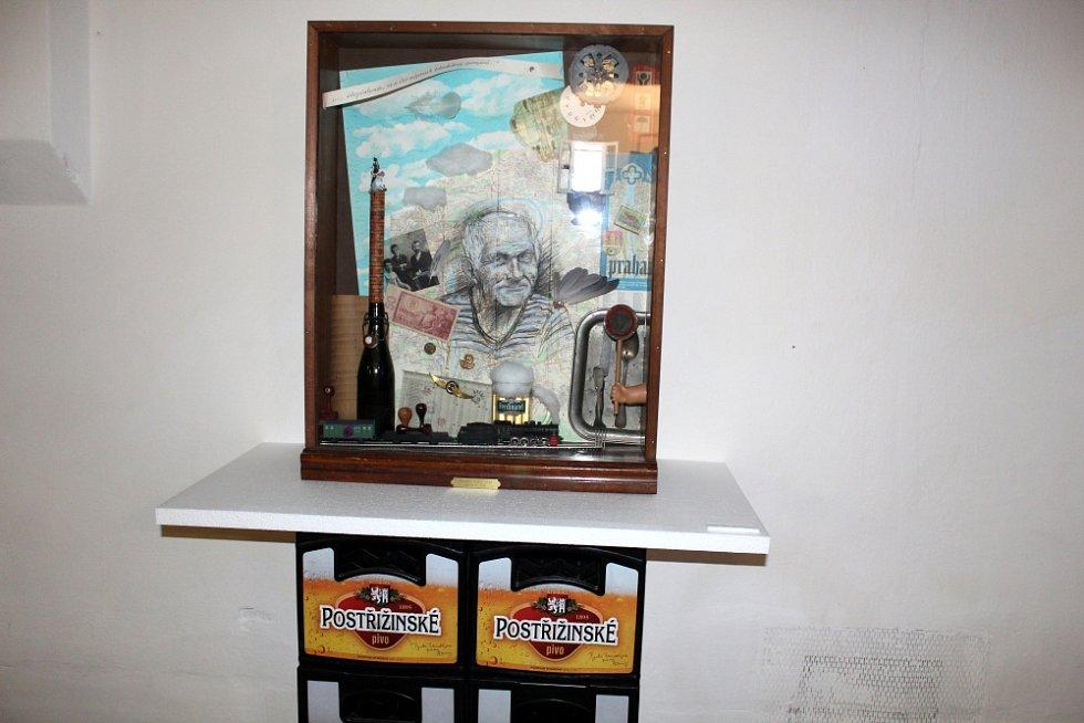 Výstava nazvaná Momentky z Hrabalovy galaxie je až do 26. srpna k vidění ve sladovně pivovaru.