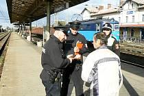 Policisté při kontrole na druhém nástupišti lyského nádraží.