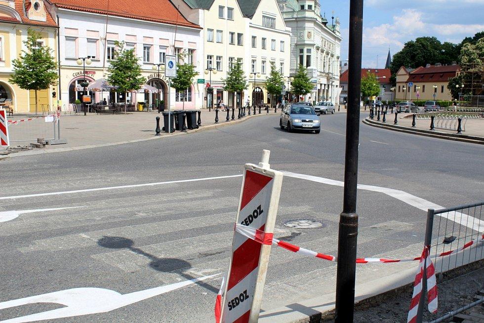 Po diskutovaném přechodu na Jiřího náměstí v Poděbradech zbyly jen nezřetelné čáry.