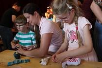 Celé rodiny si šily pod vedením výtvarnice Galiny Miklínové svého rodinného lichožrouta.