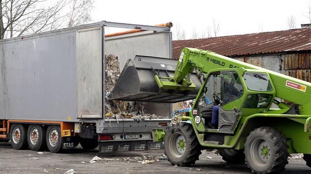 Ilegálně navezený odpad z Německa snad do konce roku z Milovic zmizí