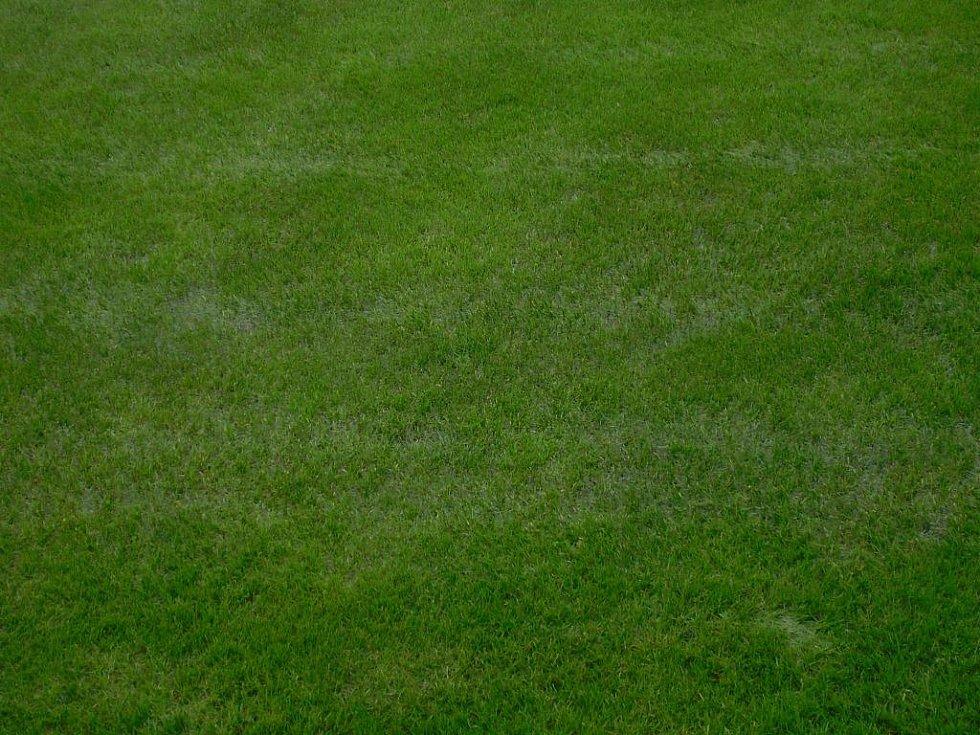 Takto vypadal stav hrací plochy na hřišti v Litoli v čas začátku střetnutí. Velká část vymezeného hracího prostoru byla pod vodou, proto bylo utkání odloženo. Podobně to vypadalo na mnoha místech v kraji