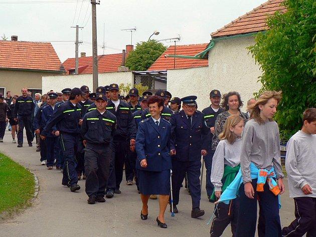 Průvod obcí, oslavy 100 let. V SDH jsou členové všech věkových kategorií.