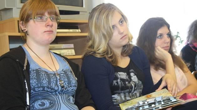 Spisovatelka a ilustrátorka Lucie Seifertová besedovala s žáky v nymburské knihovně.