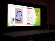 Zástupci radnice vysvětlili použití aplikace  na setkání v kině Sokol.