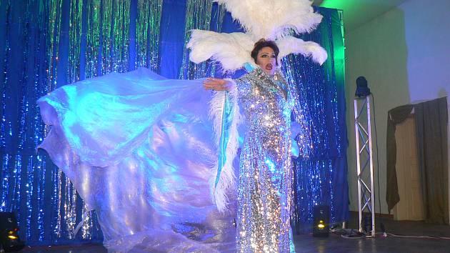Skupina Scandalladies předvedla travestie show v nymburském Dělnickém domě.