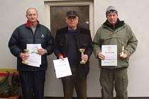 Vítězové v soutěži sportovní pistole. Zleva stojí druhý Jaromír Kolda, vítězný Ladislav Hatl s pořadatelského klubu a třetí Miroslav Peiker