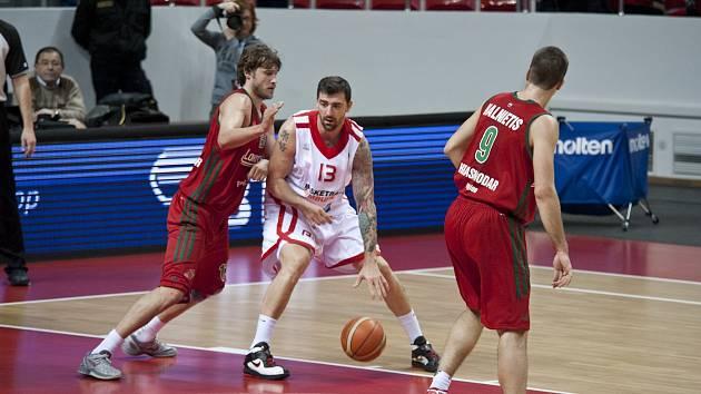 Košíkáři Nymburka (hrají v bílém) prohráli v Krasnodaru