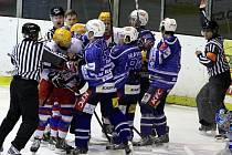 ŠARVÁTKY, STRKANICE, BITKY. I to patří k hokejovému derby mezi celky Nymburka a Kolína