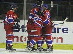 RADOST. V obou zápasech letošní sezony s Kolínem si mohli hokejisté Nymburka vychutnat gólovou radost hned čtyřikrát. U soupeře vyhráli 4:3, na svém ledě pak 4:1. Jak tomu bude ve třetím vzájemném zápase?