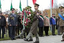 Pietní slavnost na italském hřbitově v Milovicích.