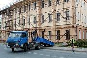 Budova základní školy pro první stupeň dostane novou střešní pokrývku.