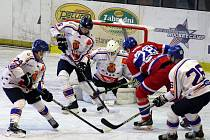 Z hokejového utkání druhé ligy Nymburk - Řisuty (4:5)