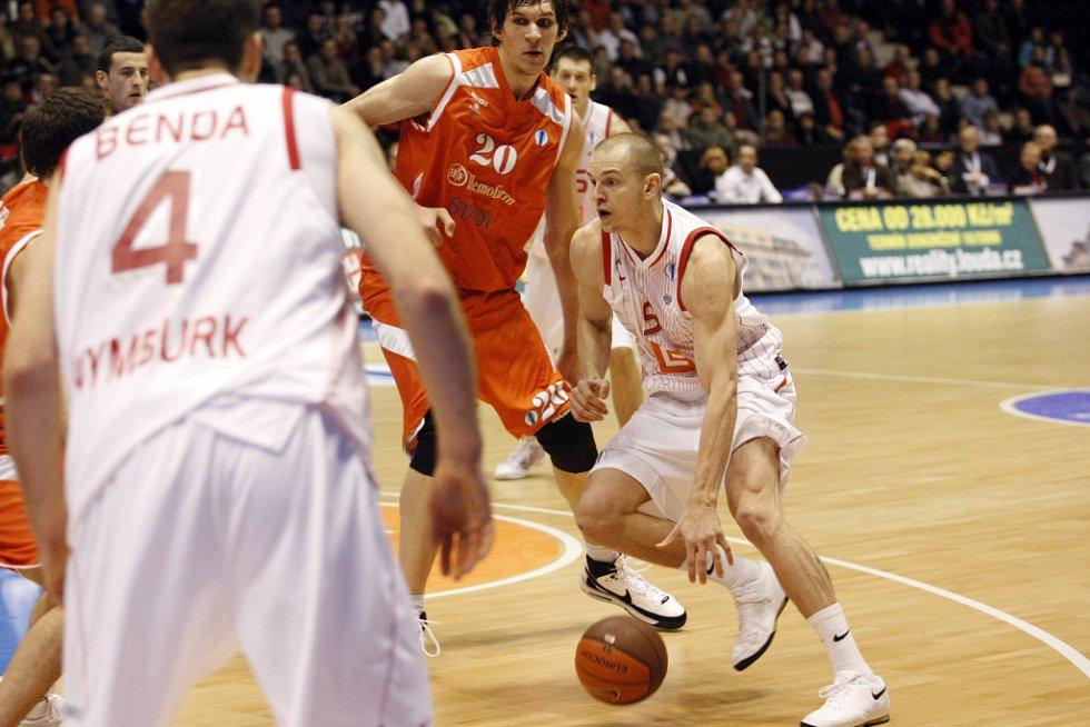 Z basketbalového utkání Eurocupu mezi Nymburkem a Hemofarmem Vršac (80:82)