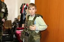Malému Josefu Řezáčovi se splnil sen, byl se podívat na vojenské posádce v Bechyni. Foto:  Zuzana Králová