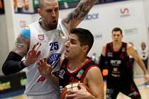Nymburský basketbalista Roko Rogič (s míčem)