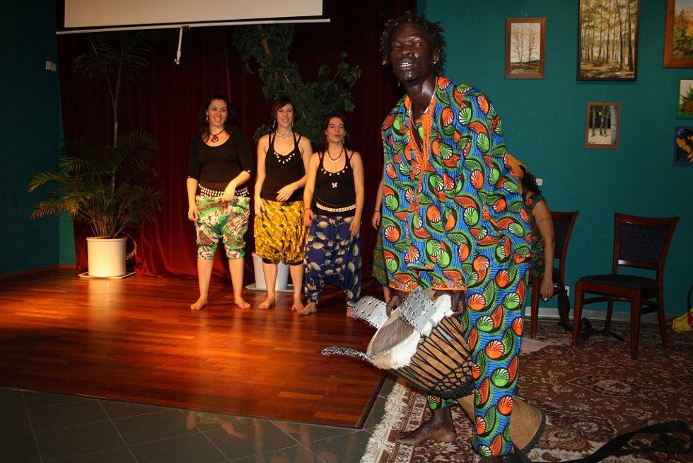 Malý sál Hálku roztančily africké bubínky
