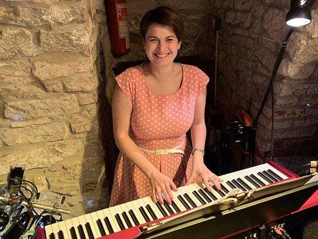 Lenka Havlíčková za svým nástrojem před koncertem.