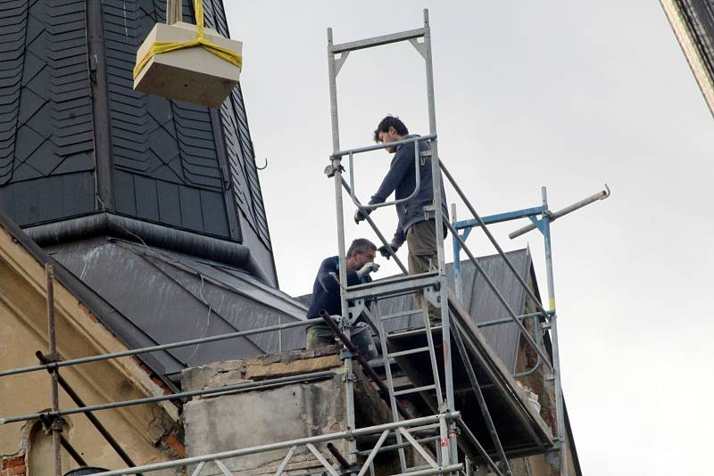 Symbol kostela svaté Markéty v Městci Králové, dvoumetrový kříž, se vrátil na své původní místo po více než století.