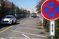 Problémy s dopravou u zadního vchodu do nemocnice, který je v současné době tím hlavním, řeší odbor správy majetku změnou průjezdnosti Nerudovy ulice.