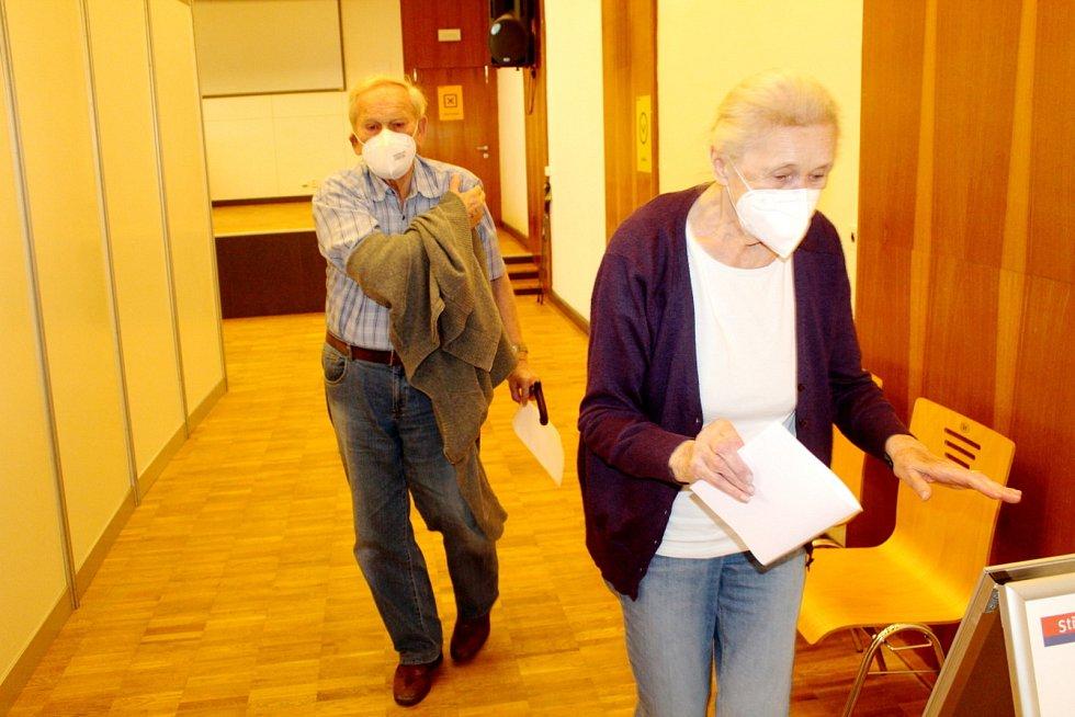 Senioři odcházející po očkování.