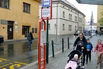 S revolucí v autobusové dopravě spočívající především v zavedení úplně jiného systému linek a začlenění části Nymburska do systému Pražské integrované dopravy dochází po městě i k výměně samotných stojanů, na nichž jsou čísla linek a jízdní řády.