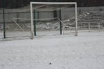 SNÍH. Stejný nebo podobný obrázek byl k vidění na většině okresních fotbalových stadionů. A nejen okresních...