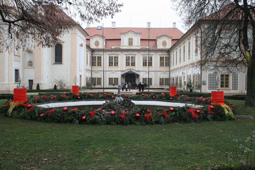 Největší adventní věnec v České republice byl pokřtěn. Je na loučeňském zámku.