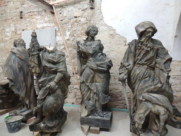 Mariánský sloup z nymburského náměstí je v dílně za Prahou
