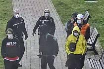 Nymburští strážníci domlouvají skupinkám mladých u hradeb.