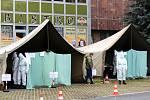 Hlasovací místo na parkovišti u Obecního domu v Nymburce.