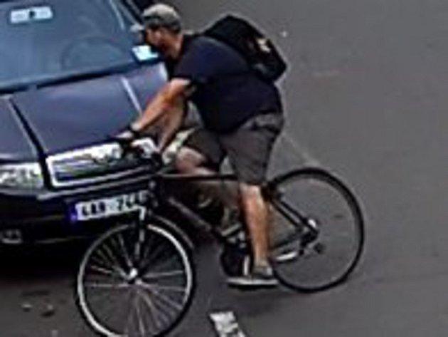 Policisté pátrají po totožnosti muže na snímcích.