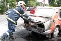 Hasiči zasahovali u požáru staré škodovky za náměstím u nymburského mostu.