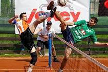 ŽELÍZKA V OHNI. Čelákovické nohejbalové kurty budou dějištěm republikového šampionátu. A domácí mají své hráče ve hře