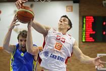 NA DVA ROKY se upsal nymburskému basketbalovému klubu křídelní hráč Tomáš Pomikálek (vpravo)