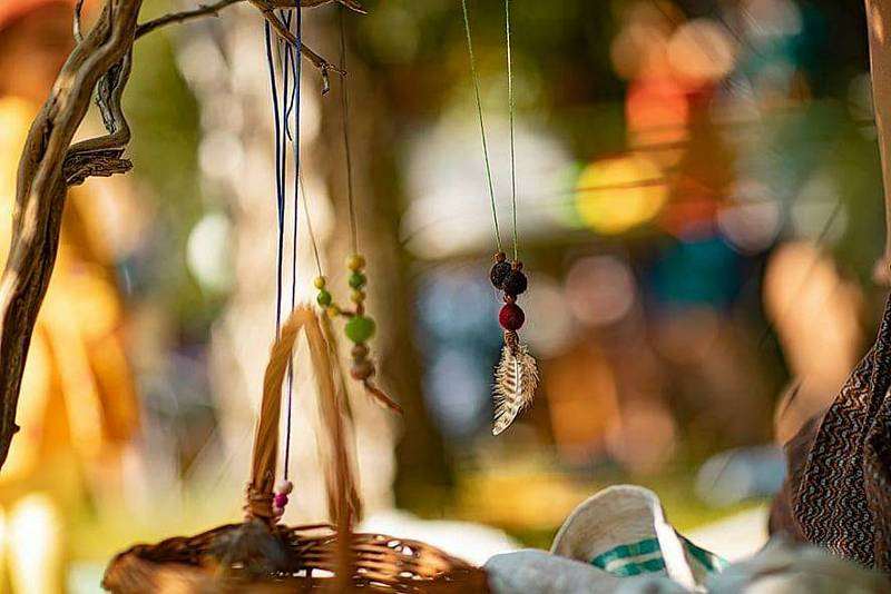 Milovický lesní jarmark je prostor pro představení zdejších alternativních škol a desítky místních výrobců všeho možného.