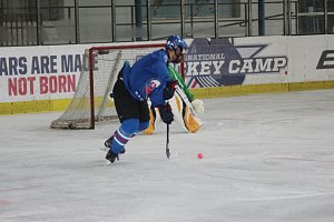 Na ledě hráli s podivnými hokejkami a míčkem