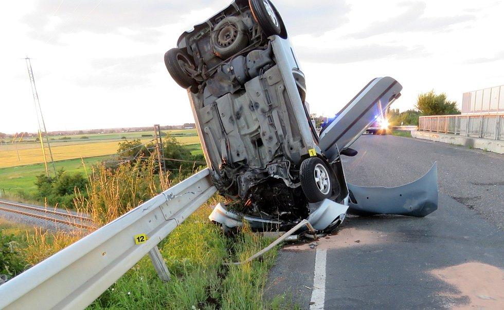 Po střetu dvou aut zůstalo jedno z nich netypicky postavené do výšky na přední části vozu. Jeho řidičku musel s vážným zraněním transportovat vrtulník.