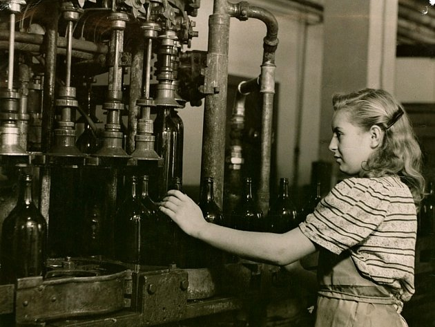Archivní záběr ze stáčírny minerální vody v Poděbradech.