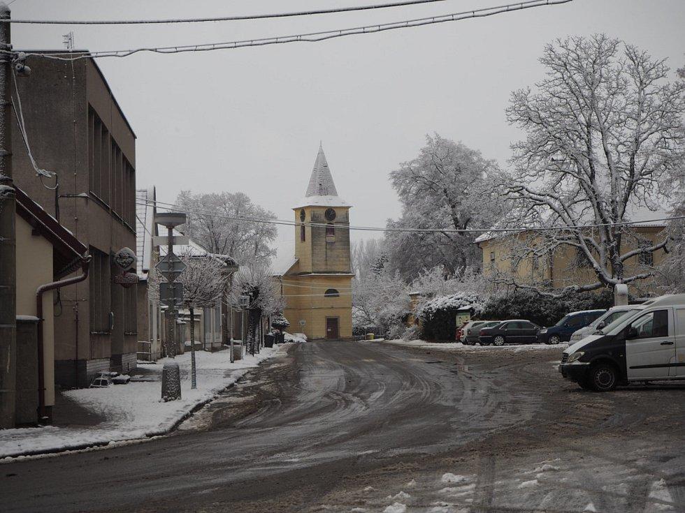 Sněhová nadílka v Libici nad Cidlinou, 7. ledna 2021.