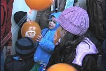 Děti v Nymburce vypustily balónky s přáním Ježíškovi.