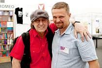 Autor Knihy plné lásky s Borisem Hybnerem na veletrhu Svět knihy 2011.