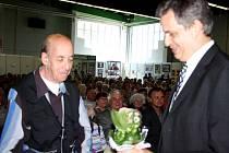 Jiří Dienstbier předal ocenění za šikovnost panu Hellerovi z Lysé nad Labem.